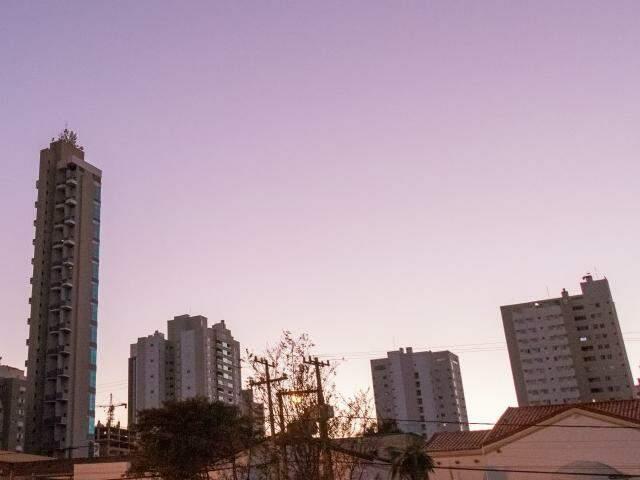 Amanhecer na região central de Campo Grande nesta sexta-feira (12). (Foto: Henrique Kawaminami)