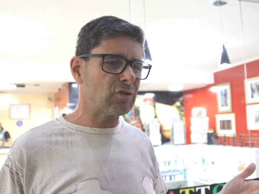 Luiz Souza Paes, de 56 anos, calcula que o ideal seria o trabalhador receber R$ 2 mil por mês (Foto: Marina Pacheco)