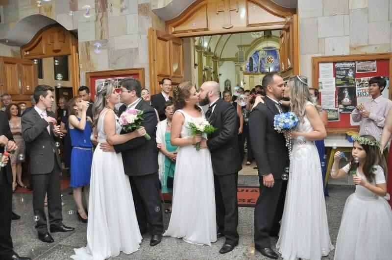 """Podem beijar as noivas"". (Foto: Antonio Ferreira)"