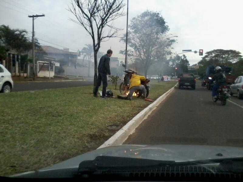Motoristas ajudaram a conter as chamas com extintores. (Foto: Repórter News)