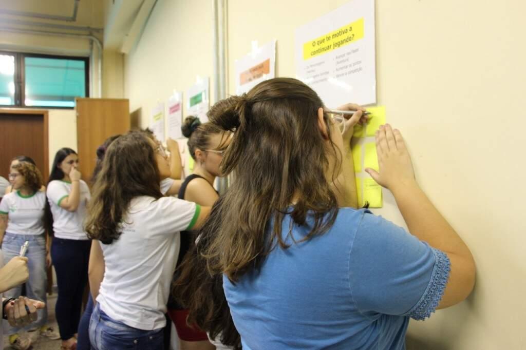 As estudantes colaram na parede as ideias e dificuldades que sentem para criar um game(Foto: Assessoria de Comunicação Social/IFMS)