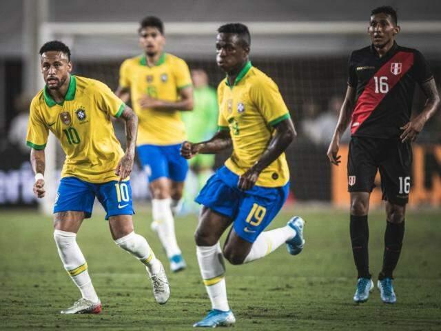Neymar e Vinicius Júnior começaram a partida no banco de reservas (Foto: Pedro Martins/Mowa Press)