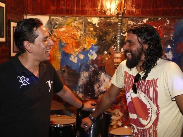 Marco Antonio (de preto) com o sócio Hawland Ben Asher. Eles afirmam que este é o primeiro social club de MS