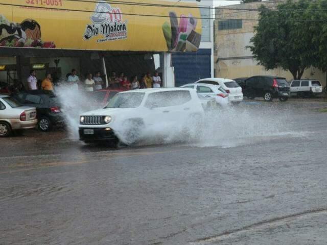 Chuva rápida na tarde de hoje alagou ruas e calçadas, principalmente na região norte de Campo Grande (Foto: Alcides Neto)