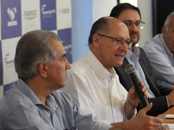 Geraldo Alckmin discursa em evento da Fiems. Ao lado esquerdo, o governador Reinaldo Azambuja e, do outro, o presidente da Fiems, Sérgio Longen. (Foto: Saul Schramm).