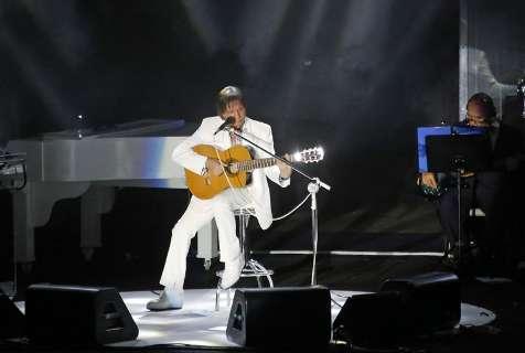 Roberto Carlos emociona plateia e canta para diversas gerações