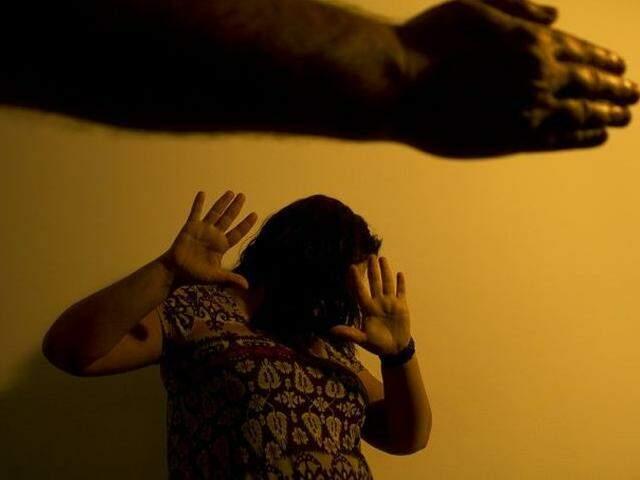 Reprodução de mulher sendo ameaçada por um homem. (Foto: Marcos Santos/USP/Reprodução Agência Brasil)
