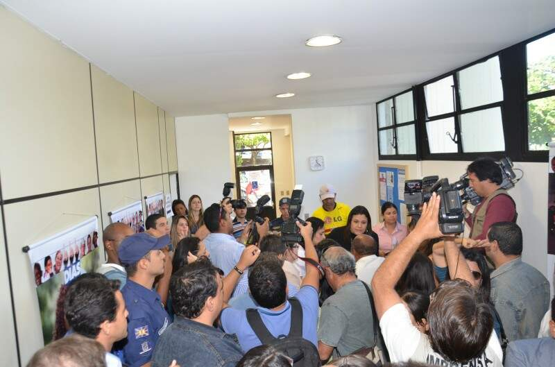 Professores surpreendem guarda municipal e ocupam prédio (Foto: Vanderlei Aparecido)