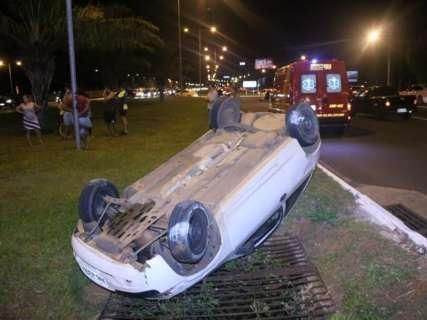 Após batida, veículo capota no canteiro central da Duque de Caxias