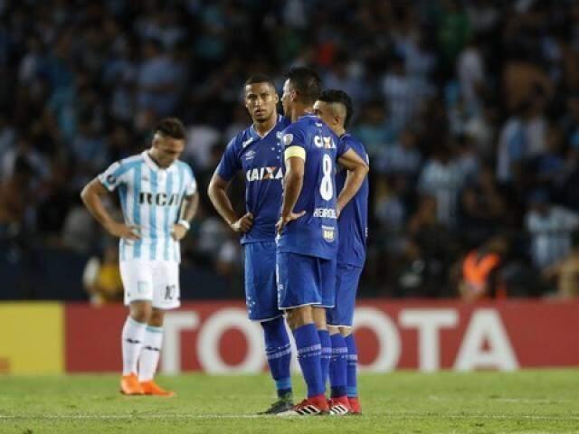 De azul, jogadores do Cruzeiro após um dos gols que sofreram na partida. (Foto: David Fernandéz/EFE/GE)