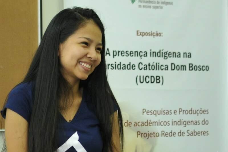 Débora cursa Farmácia, porque quer garantir que remédios e atendimento de qualidade cheguem à aldeia (Foto: Alcides Neto)