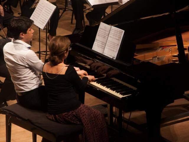 Duo Castelan e Barros, que realizará um recital de piano a quatro mãos.
