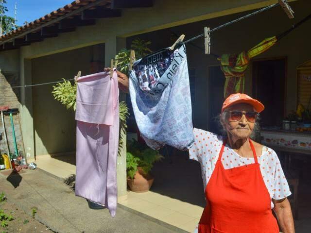 Ela lava roupa todos os dias (Foto: Simão Nogueira)