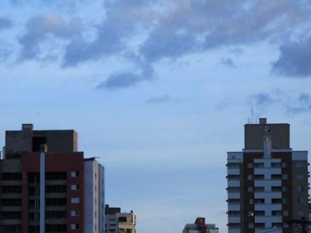 Dia amanheceu aberto, mas com céu entre nuvens (Foto: Marina Pacheco)