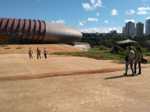 Agentes estiveram nesta sexta-feira procurando por focos do Aedes no Aquário do Pantanal (PMCG/Divulgação)
