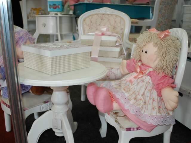 Bonecas de pano e móveis no estilo provençal.