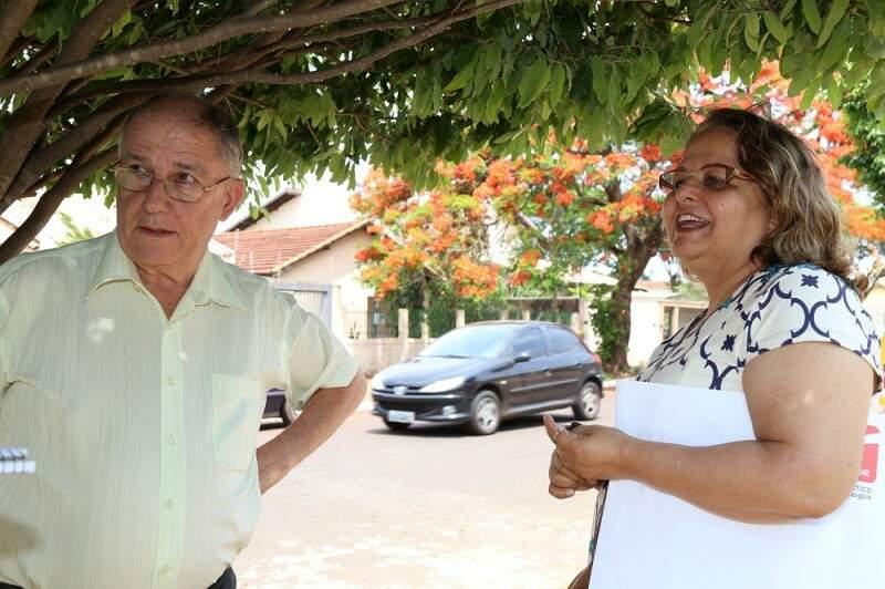 """O casal Dinarte Rodrigues e dona Geni Vilma, são um dos admiradores da árvore. """"Ela uma celebridade na rua"""". (Foto:Fernando Antunes)"""