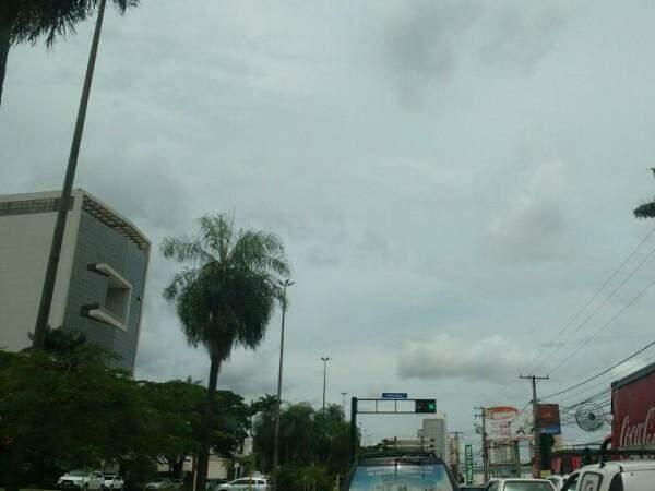 Céu nublado encobre centro de Campo Grande nesta sexta-feira (Foto: Marcos Ermínio)