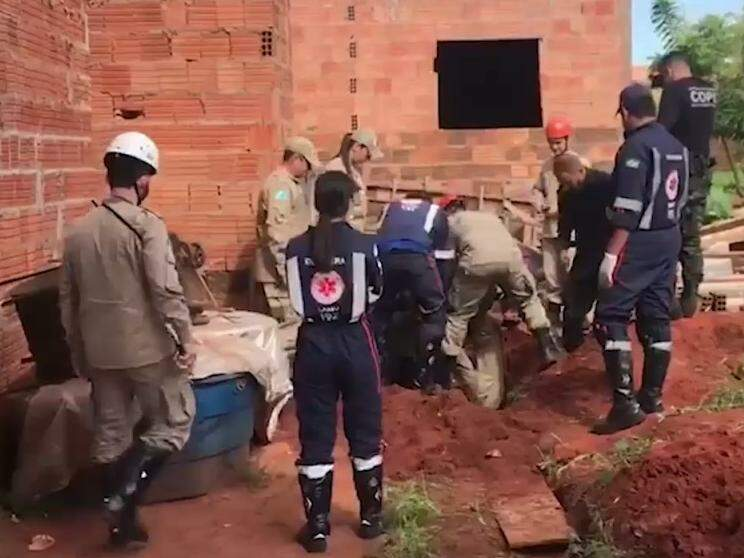 Equipes do Corpo de Bombeiros e Samu durante resgate no Jardim Noroeste. (Foto: Liniker Ribeiro)