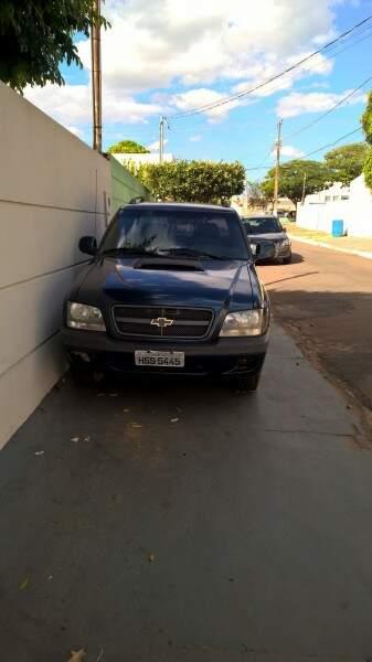 Veículo impede passagem de pedestres pela calçada. (Foto: Divulgação)