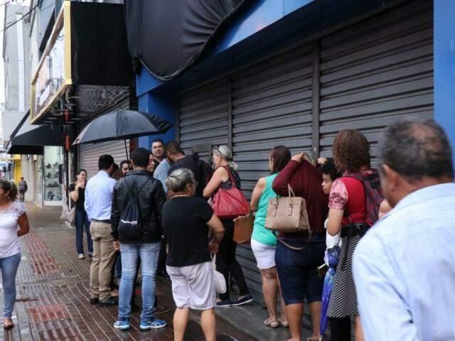 Poucas pessoas aguardam em frente o Magazine Luíza (Foto: Henrique Kawaminami)