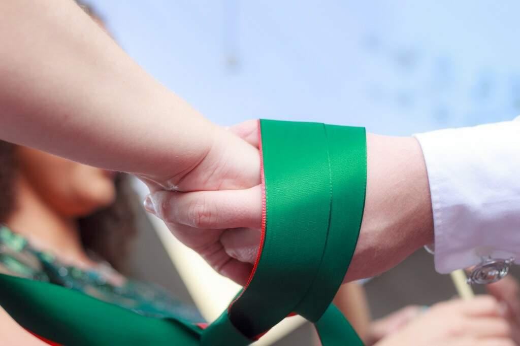 Ritual do voto perpétuo, com casal ligado por um nó. (Foto: Fabio Ozuna)