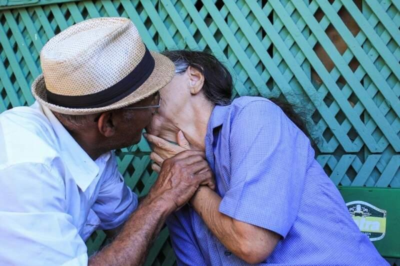 O beijo apaixonado é o segredo do casamento de 43 anos de Almir e Eurides.