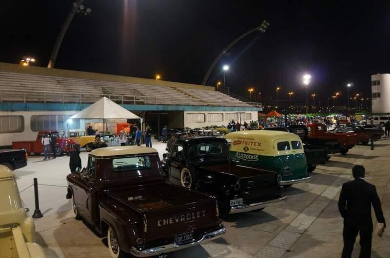 Sambódromo recebe encontro de pickups antigas