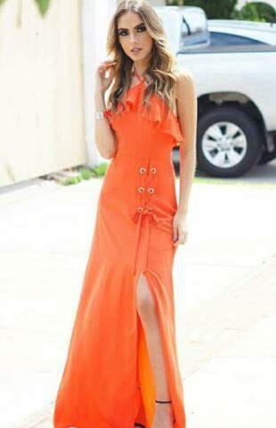 Longo laranja custa só R$ 219,00 e reúne várias tendências, da cor à fenda.