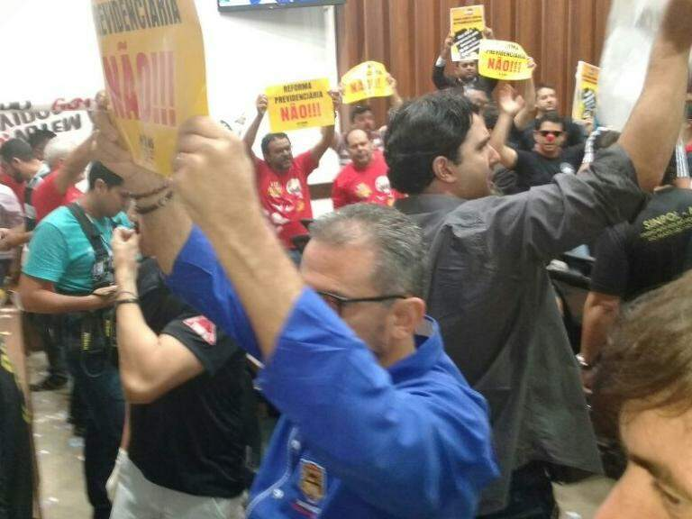 Manifestação contra a reforma da Previdência na ALMS (Foto: Leonardo Rocha)