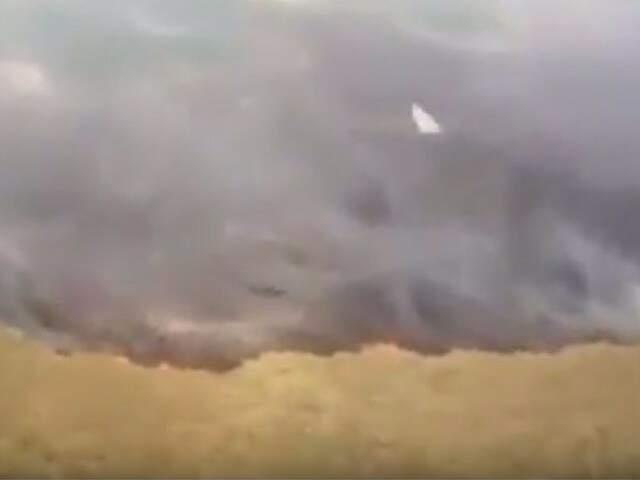 Incêndio começou na quinta-feira com cordão de fogo de 2 quilômetros (Reprodução/vídeo)