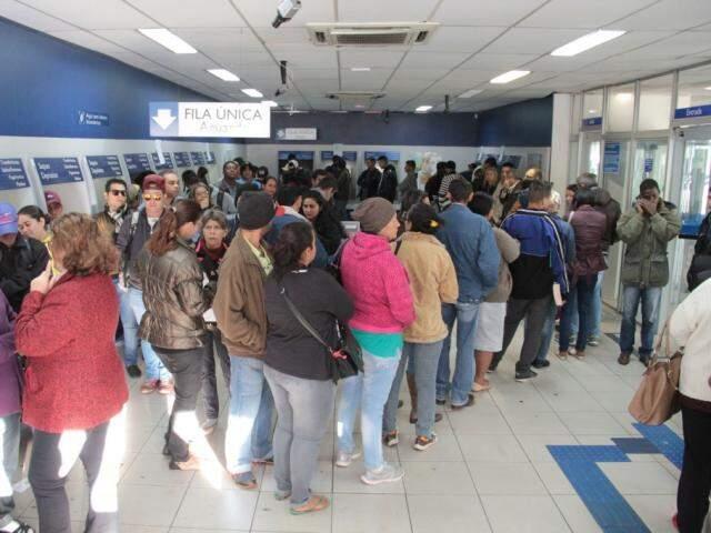 Fila para realizar o saque do FGTS em agência da Caixa em Campo Grande
