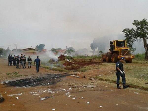 Policiais militares e guardas municipais acompanharam despejo, que teve confronto (Foto: Eliel Oliveira)