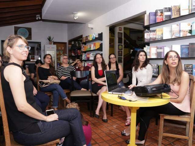 O grupo de leitoras usou um projetor para auxiliar na conversa (Foto: Kisie Ainoã)