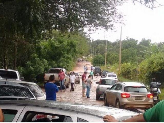 Com enxurradas, motoristas não conseguiram trafegar em estradas do bairro