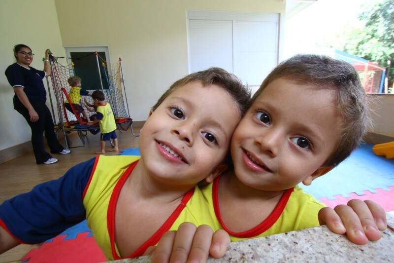 Matheus e Daniel, de 4 anos. (Foto: André Bittar)