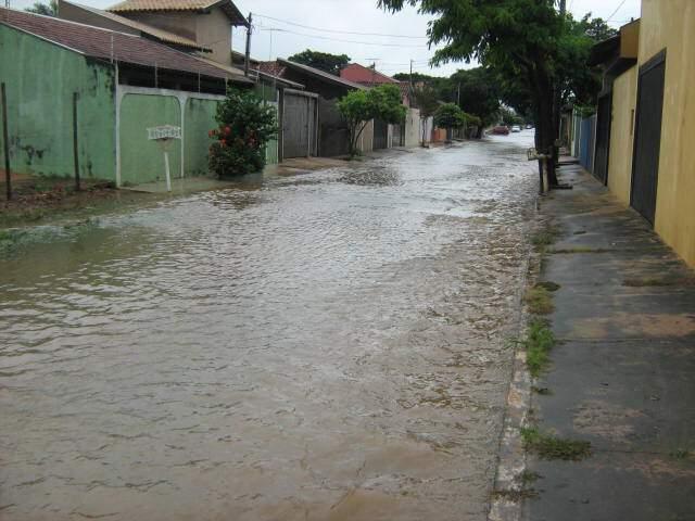 Veneza: Água toma conta de toda a rua em Campo Grande (Foto: Emanuel Ferreira dos Santos Junior/Reporter News)