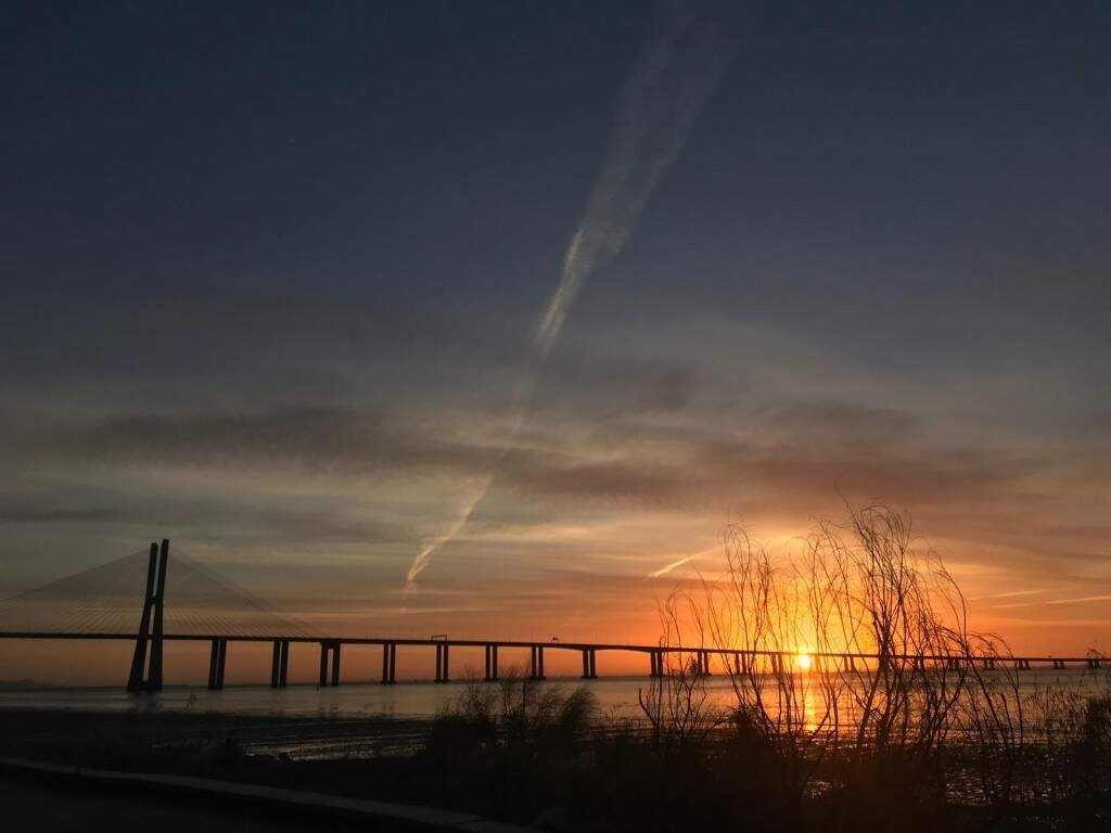 O pôr do sol sobre a Ponte Vasco da Gama, inaugurada em 1998 com 12,3 km de comprimento em homenagem ao navegador (Foto: Bárbara Marques)