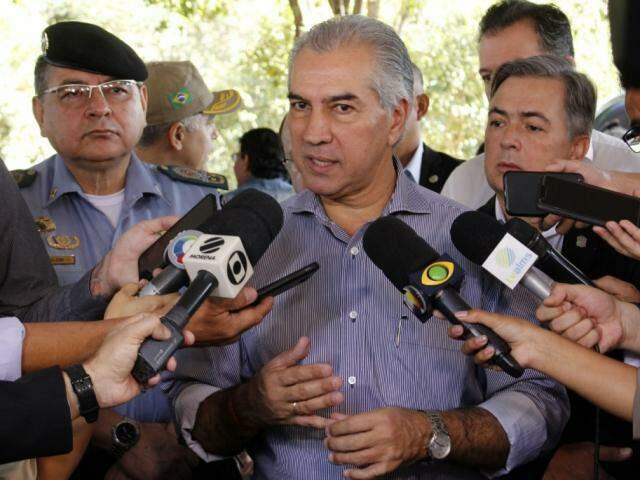 Governador Reinaldo Azambuja (PSDB) durante entrevista na sede da PMA (Foto: Chico Ribeiro - Governo MS)