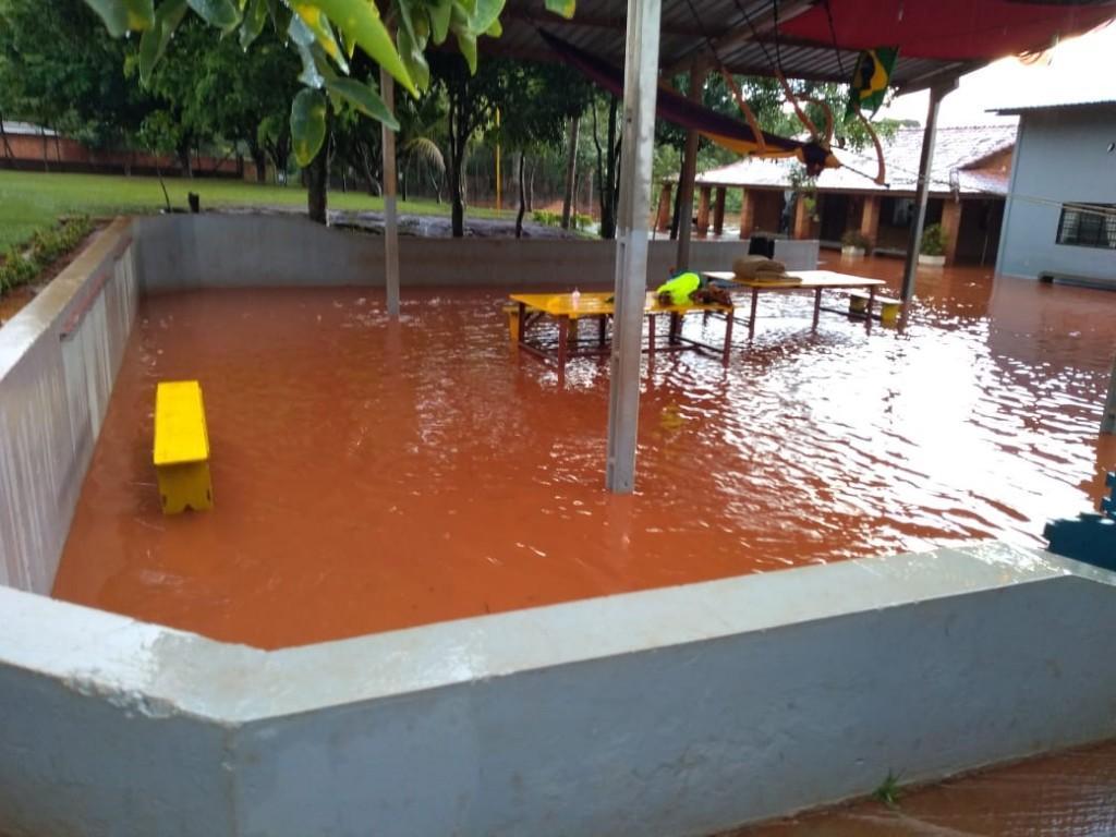 Pátio onde as crianças brincam foi tomado pela água. (Foto: Direto das Ruas)