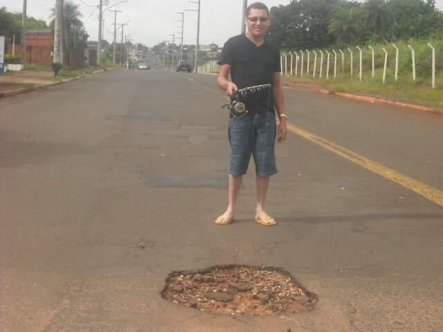 Leitor mostra buraco formado na avenida Tamandaré. (Foto: Repórter News)