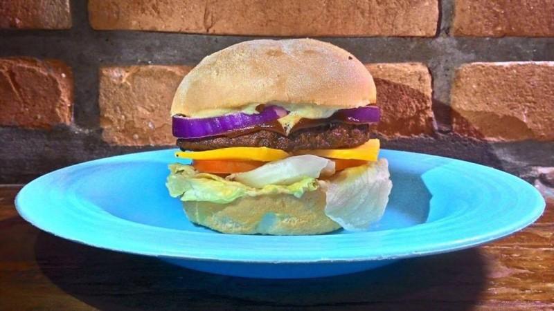 Outveg Vegan House, com moyashi (broto de alfafa) marinado, barbecue, hambúrguer de abóbora, queijo cheddar vegan fatiado, rúcula e pão branco (Foto: Divulgação)
