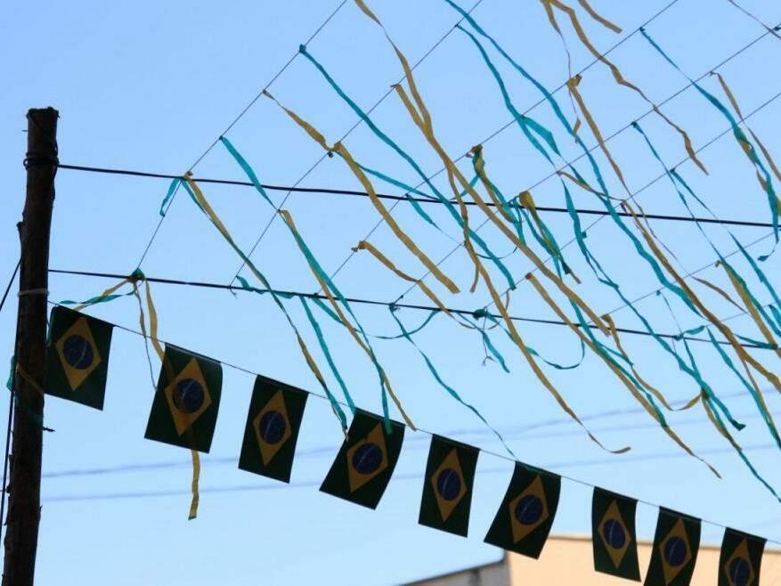 """Bandeiras do Brasil """"enfeitam"""" o céu azul de Campo Grande nesta tarde de estreia na Copa do Mundo. (Foto: Marina Pacheco)"""