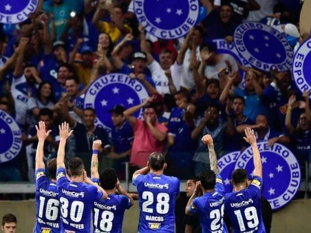 Jogadores comemorando a vitória na partida. (Foto: Fernando Dantas/GazetaPress)