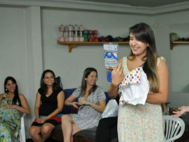 Daniele Salomão, de 23 anos, grávida de 9 meses do Francisco, que ganhou um pagãozinho listrado e uma cueca azul. (Foto: Alcides Neto)