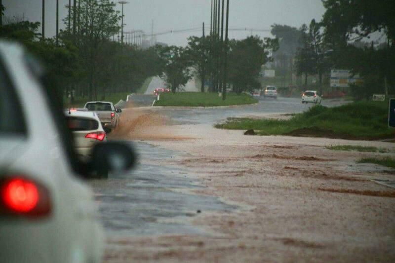 Água tomou o acostamento da Avenida Cônusl Assaf Trad por volta das 14h30. (Foto: Marcos Ermínio)