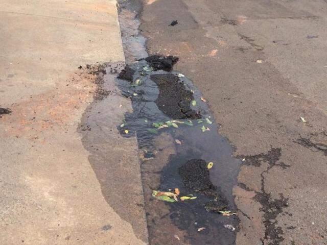 Pedaços do asfaltos foram encontrados próximo ao passeio. (Foto: Direto das ruas)