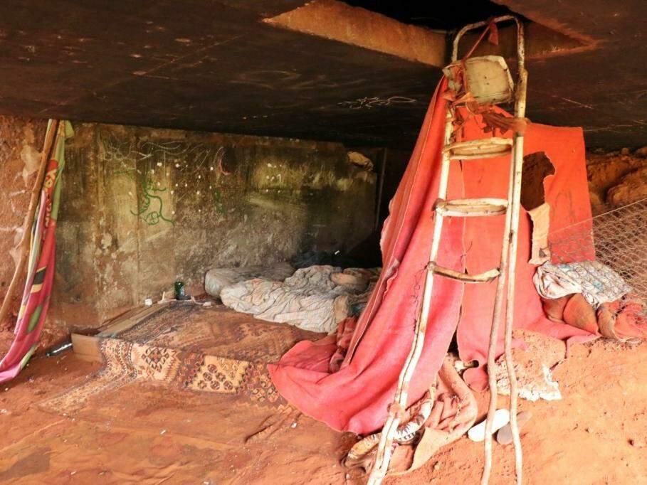 Cobertores servem de paredes para quem usa viaduto de teto (Foto: Henrique Kawaminami)