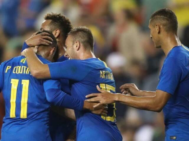 Neymar e companheiros de time comemorando a vitória desta noite em Washington. (Foto: Divulgação)