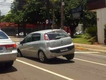 Veículo ficou com a roda presa em buraco após asfalto ceder. (Foto: Direto das Ruas)